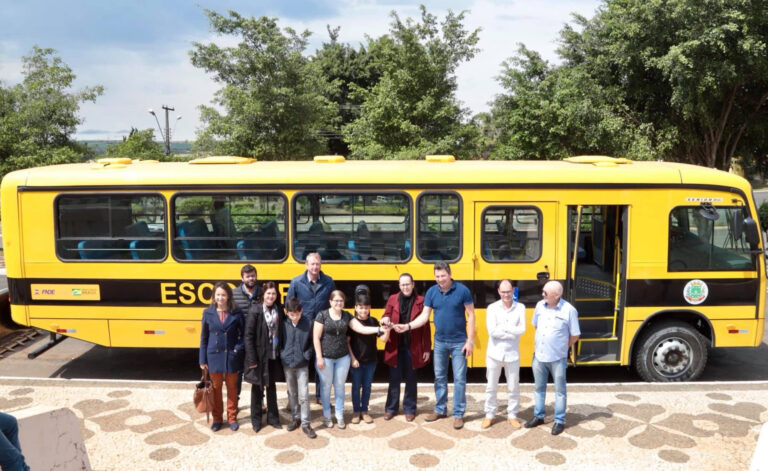 arapoti onibus 768x471 - Arapoti - Entrega de ônibus, equipamentos e melhorias